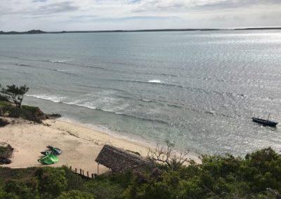 La vue du resto sur le wind center-mazavaloha-ecole-kite-mer-emeraude-madagascar. Mazava Loha resort. Mer d'émeraude.