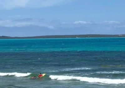 Petites vagues devant notre plage à marée haute-mazavaloha-ecole-kite-mer-emeraude-madagascar